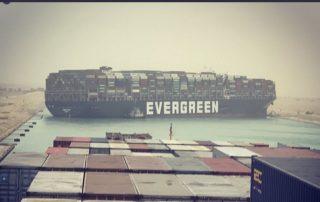 buque varado en el canal de Suez