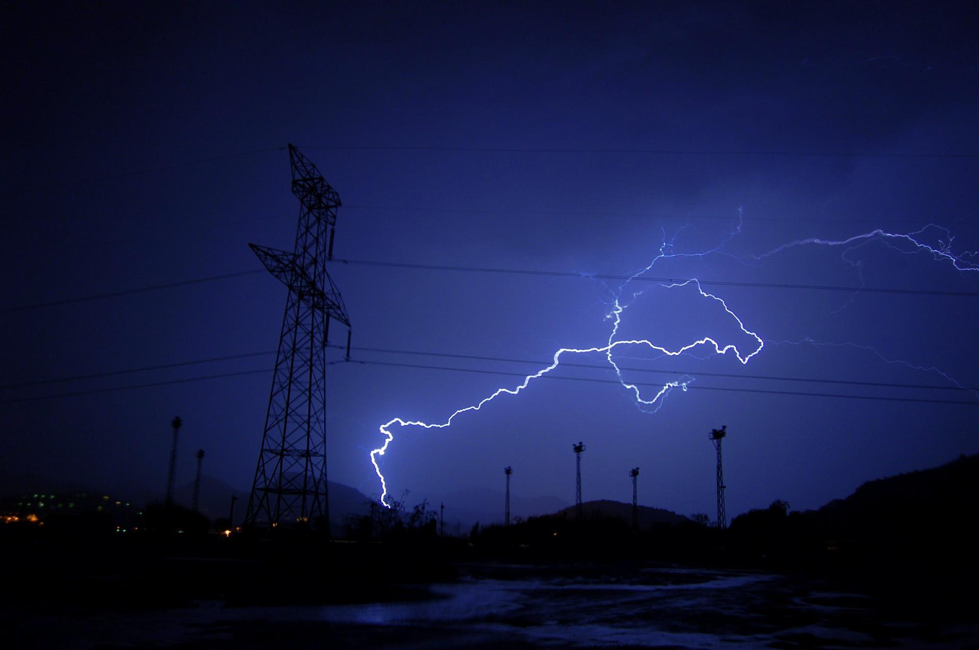 Rayo en torre eléctrica